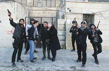 عضو في الجيش السوري الحر مع عروسه لدى الاحتفال بزواجهما في حلب