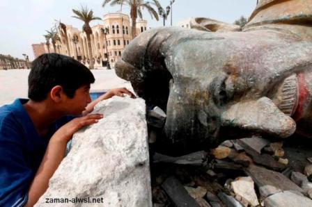 تمثال حافظ الاسد في الرقة بعد إسقاطه