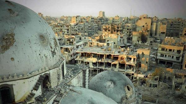 آثار القصف على مسجد خالد بن الوليد في حمص