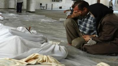 أحد أهالي الغوطة يبكي أقاربه الذين أستشهدوا في مجزرة الكيميائي الأخيرة