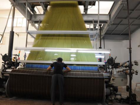 أحد مصانع السجاد والقماش التي تعمل بالمدينة الصناعية بحلب