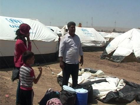 اللاجئون السوريون داخل المخيم يعيشون أوضاعا معيشية صعبة