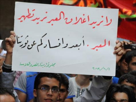 المتظاهرون ببستان القصر يطالبون بعدم تلويث الثورة بأي فساد محتمل