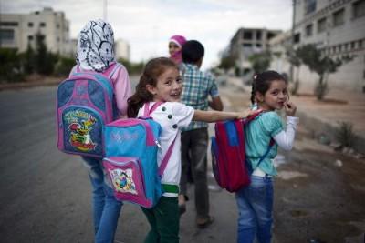 """تلاميذ يتوجهون نحو المدرسة في حي الشيخ نجار بحلب المحررة """"أ ف ب"""""""