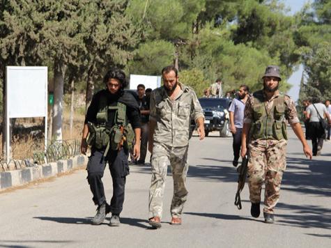 عبد القادر الصالح (وسط) خلال تفقده إحدى الجبهات (الجزيرة)