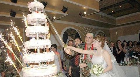 عروسان خلال حفل زفاف جنود النظام الأسدي في أحد فنادق حمص