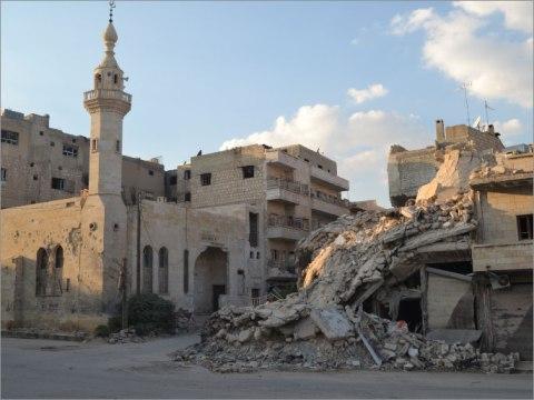 منزل مدمر جراء القصف قرب أحد المساجد بمدينة المعرة