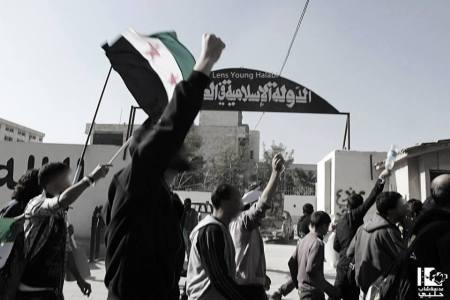 حلب - مظاهرة أمام مقر داعش للمطالبة بالناشطين المخطوفين و منع ظاهرة اللثام المنتشرة في المدينة