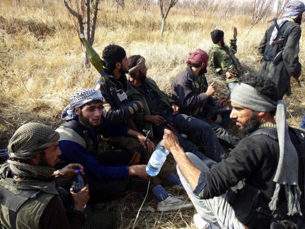 مقاتلون من الجيش السوري الحر في منطقة الجربا قرب الجسر الخامس على طريق مطار دمشق الدولي بالغوطة الشرقية الاحد