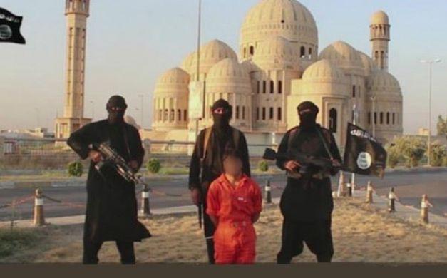 ذبح أحد عناصر البشمركة على يد مقاتلي داعش